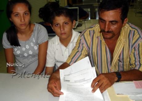 El padre de los niños exhibió documentos que acreditan el despojo.