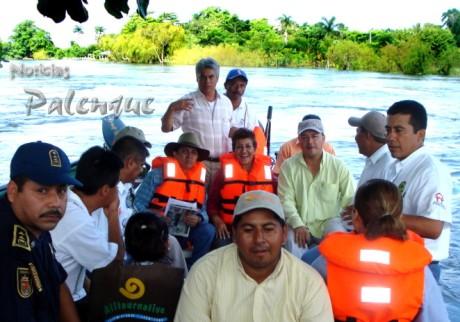 En lanchas, los funcionarios llegaron a las comunidades afectadas.