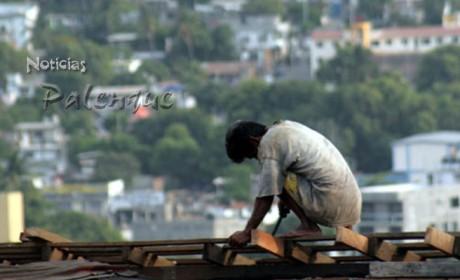 Miles de indigenas chiapanecos trabajan como albañiles en el Caribe Mexicano.