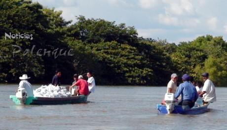 Dos lanchas con ayuda humanitaria embarcaron los reporteros hacia Calatrava.