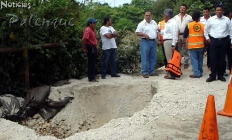 El subsecretario constató los daños al puente.