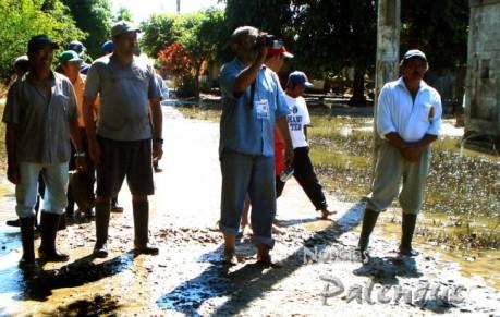 Entre el agua y lodo los reporteros recorrieron la comunidad con los ejidatarios.