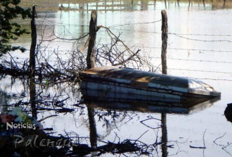 Flotando, como barco fantasma, debido a la inundación.