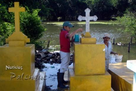 La inundación de las tumbas no impidió la tradicional celebración.