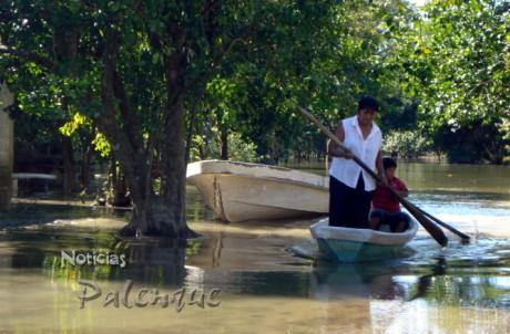 La lancha sigue siendo el transporte en las calles inundadas.