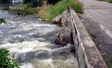 La turbulencia del rio crecido afectó el puente de Álvaro Obregón.