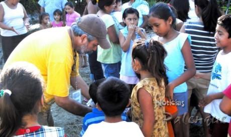 Los niños recibieron dulces para alegrar el dia.