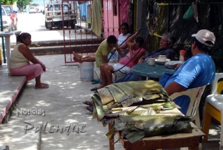 Hasta en los albergues temporales prepararon los tamales para la ofrenda.