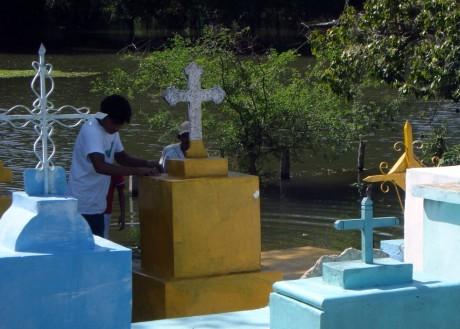 Pintan por encimita luego que la sepultura salió a la superficie.