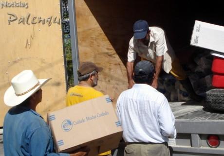 Reporteros y pobladores descargaron el camión con la ayuda colectada.
