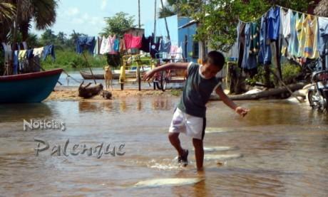 sin clases, los niños aprovechan para jugar en el agua que inunda las calles.