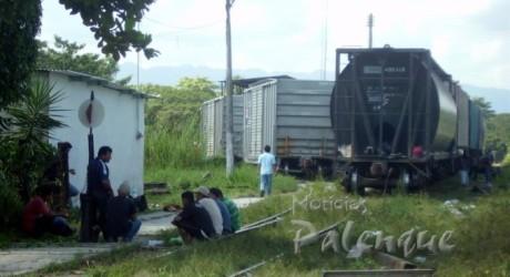 Sin temor a ser molestados, decenas de ilegales aguardan la salida del tren.