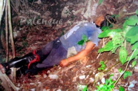 En el barranco y en un charco de sangre lo encontraron sin vida.
