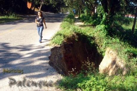 El derrumbe obliga al peatón a caminar sobre la carretera.