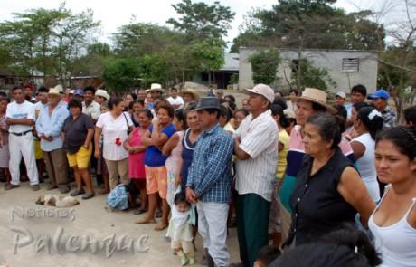 Los pobladores escucharon con recelo la propuesta de reubicación.