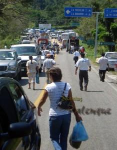 Cientos tuvieron que caminar para poder transbordar.