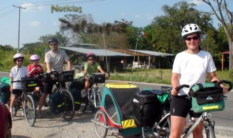 Los seis miembros de esta familia recorren Norteamérica pedaleando.