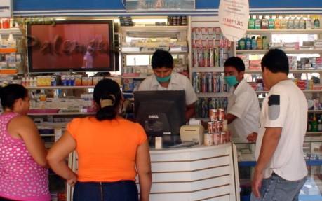 En las farmacias los empleados despachan con cubre bocas.