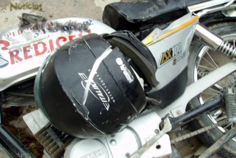 El casco se partió, pero salvó la vida del motociclista.