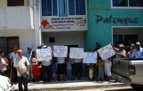 Más de 50 colonos se manifestaron en la delegación de gobierno.