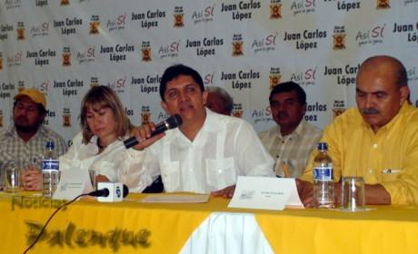 El candidato perredista ofreció rueda de prensa en Palenque.