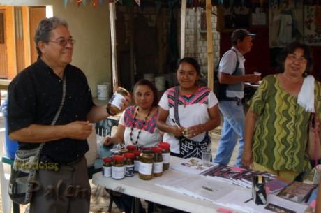 El párroco de Palenque durante la feria del Mercado Justo.