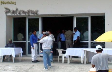 Policías en los accesos para impedir entrar a la prensa.