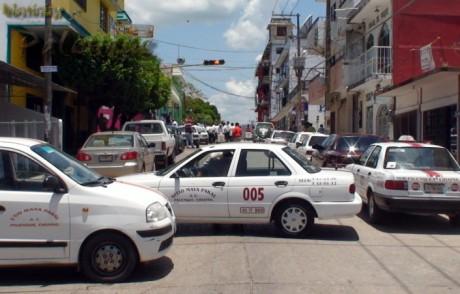 Con sus unidades bloquearon las calles aledañas al palacio municipal.