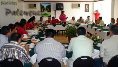 Distinguidos lideres priístas desayunaron con Arely Madrid.
