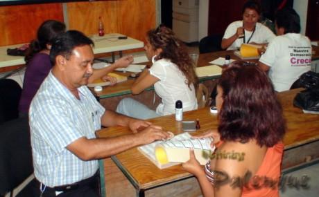 Los consejeros sellaron cada una de las papeletas electorales.