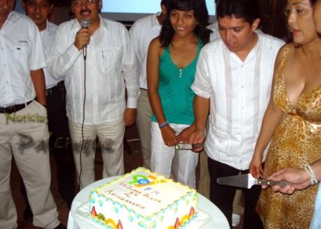 El diputado fue invitado de honor y cortó el pastel de aniversario de la radio.