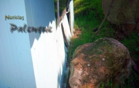 Las rocas impactaron la frágil construcción prefabricada.