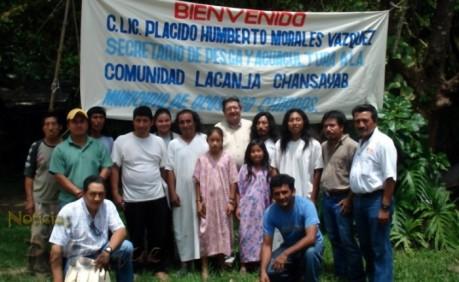 Plácido Morales con los lacandones de Lacanja Chansayab.