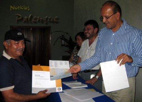 Además de un diploma recibieron un cheque como estímulo.