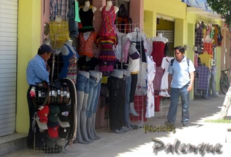 Los comerciantes hacen de las baquetas una extensión de sus locales.