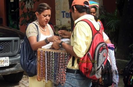 Los indígenas venden vidrio o plástico y aseguran que es ámbar.