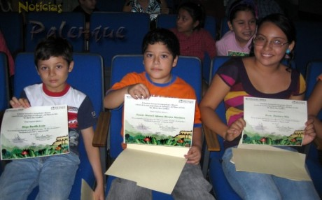 Los participantes mostraron orgullosos sus diplomas.