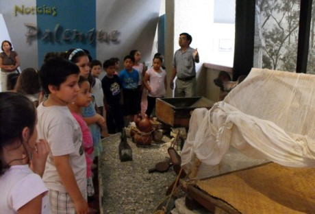 Los pequeños se relacionan con el mundo de la arqueología.