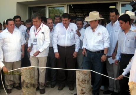 Junto con el Ing Cárdenas el gobernador Sabines inauguró el evento.