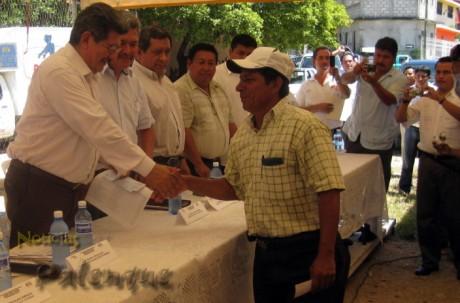 Morales Vazques entrego apoyos a 382 pescadores de la region_ER