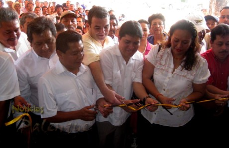 Acompañados de secretarios estatales y ediles inauguraron su oficina.
