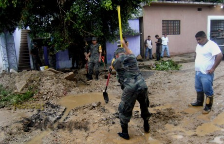 El ejército y PC acudieron en apoyo a las familias afectadas.