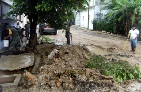 El material dejado por la constructora tapo el drenaje pluvial.