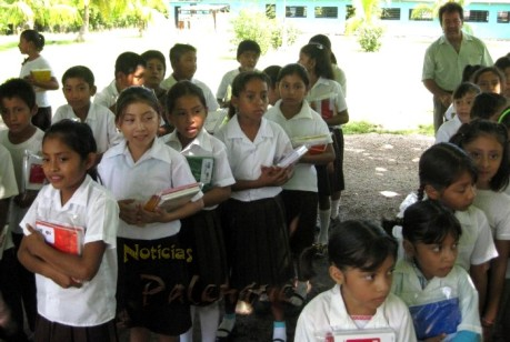 Entregaron paquetes escolares a todos los alumnos.
