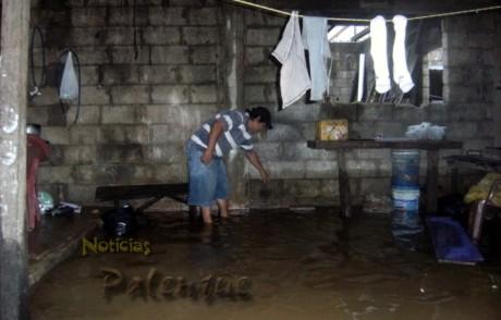 Hasta casi medio metro de agua se inundaron 4 viviendas.