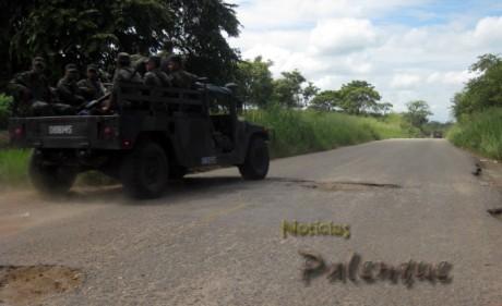 Hasta los vehículos militares buscan evitar los grandes baches_ER