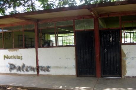 Las autoridades no dan mantenimiento a esta escuela casi en ruinas.