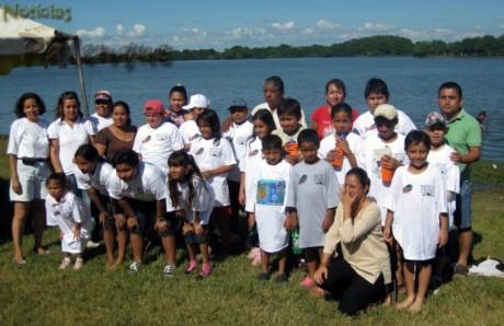 Participantes del concurso infantil de pesca de mojarra