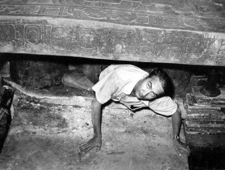 ARQUEOLOGO ALBERTO RUZ. TUMBA DE PAKAL. PALENQUE. 15 DE JUNIO. 1952.
